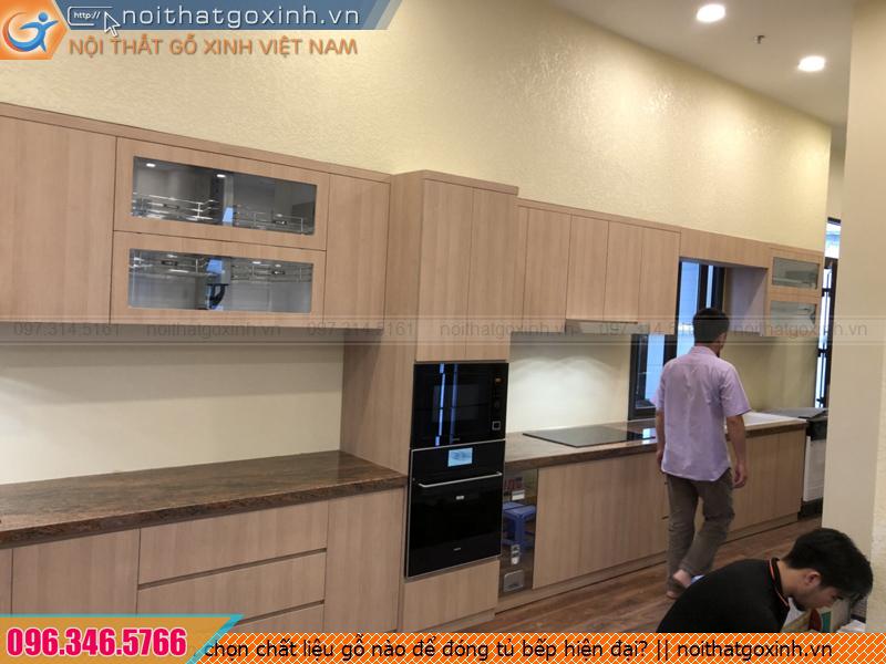 Nên chọn chất liệu gỗ nào để đóng tủ bếp hiện đại?