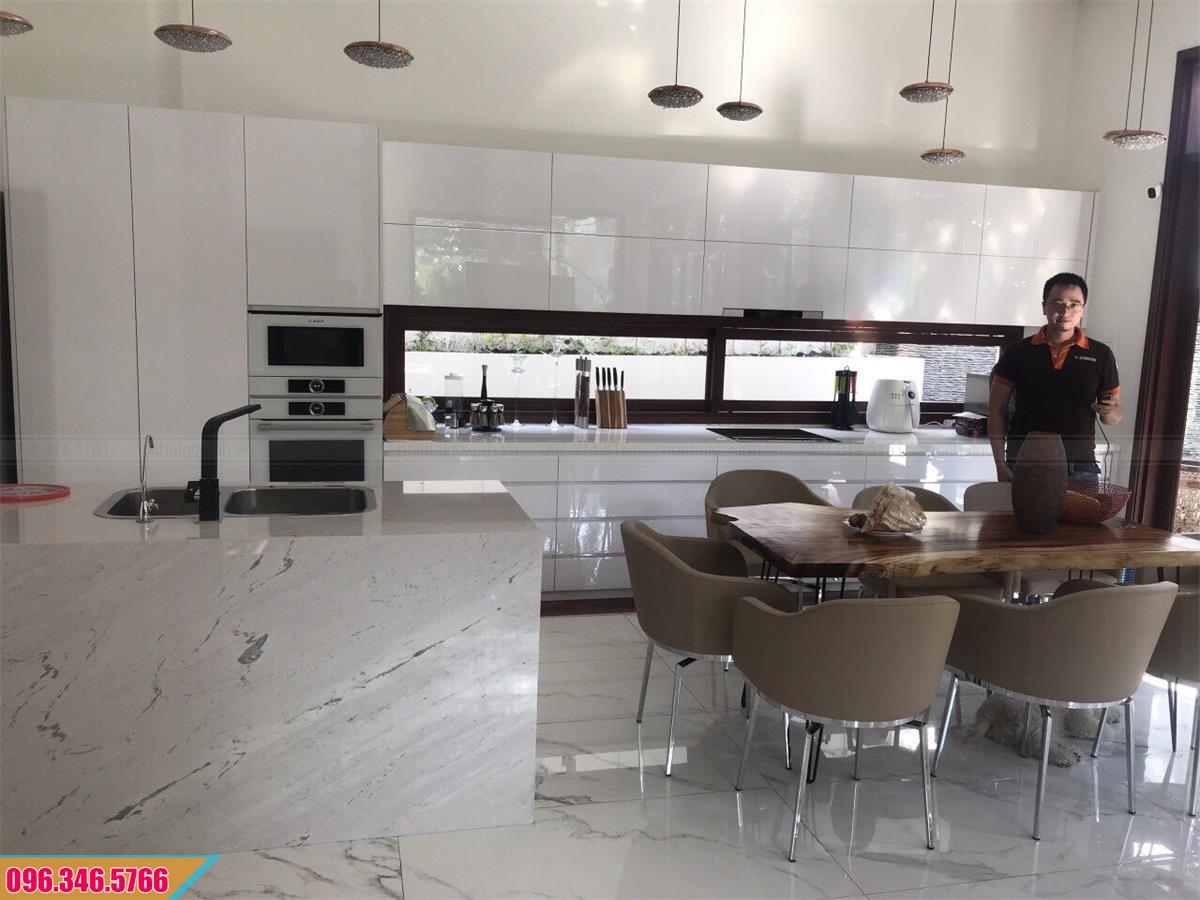 Mẫu tủ bếp Acrylic thẳng dài màu trắng 372020WCC