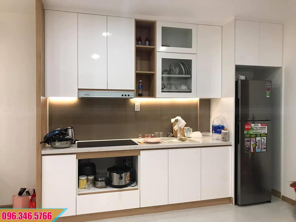 Mẫu tủ bếp gỗ Melamine màu trắng cao đụng trần 402020AYY
