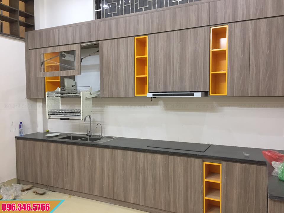 Mẫu tủ bếp Melamine đẹp màu vân gỗ các ô trang trí màu vàng cam 072020MAR
