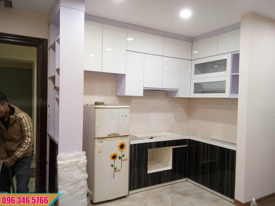 Tủ bếp Acrylic với tủ bếp trên màu trắng, tủ dưới màu vân gỗ 422020W9U