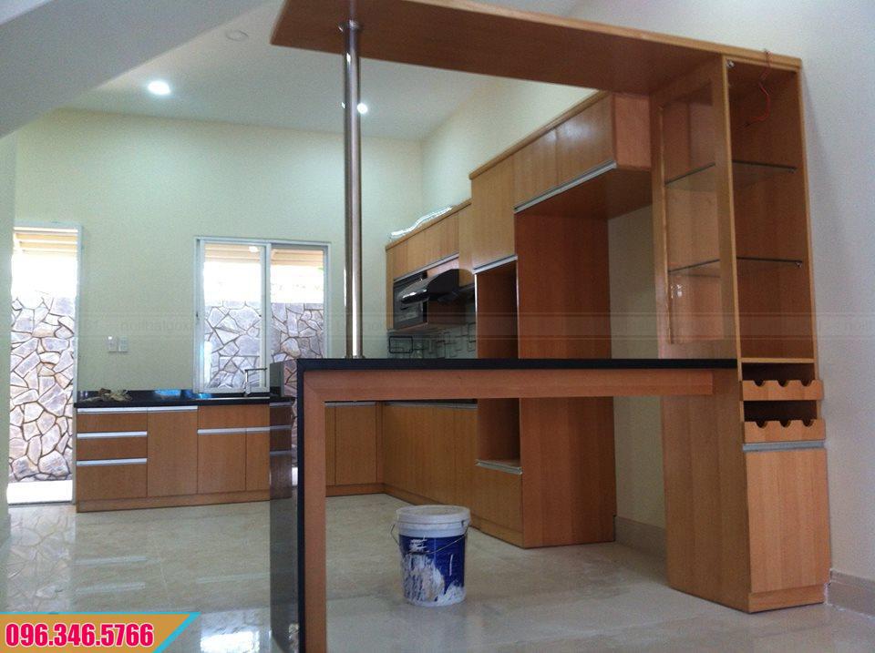 Tủ bếp Melamine chữ L có quầy bar màu vân gỗ đẹp 552020D8G