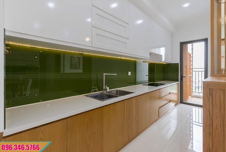Tủ bếp thẳng Melamine đụng trần màu trắng và vân gỗ 552020XBQ